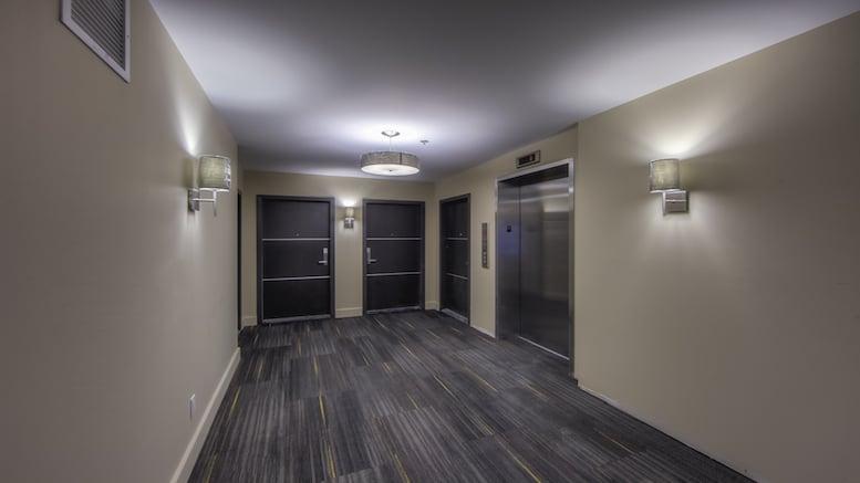 Couloir avec ascenceur