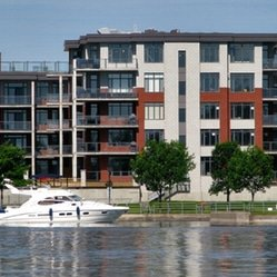 Immeuble à condos sur bord de l'eau