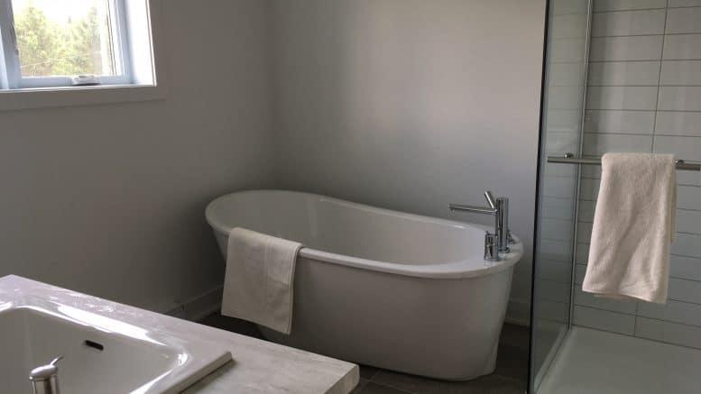 Bain autoportant et douche d'une habitation du Carrefour de l'Auberge, des locations résidentielles à Orford.